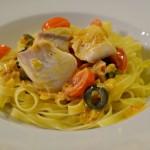 Těstoviny s tilápií, olivami a rajčaty