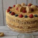 Karamelový dort zdobený makronkami a ovocem
