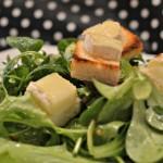 Salát s grilovaným kozím sýrem, jablky a ořechy