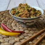 Pikantní smažená rýže s masem a zeleninou