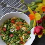 Sedmikráskový salát s máslovou mrkvičkou