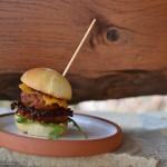 Skvělé domácí hamburgery s čedarem a cibulí