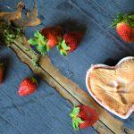 Nadýchané suflé se šťavnatými jahodami a rebarborou