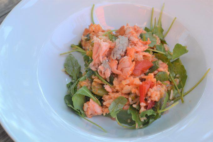 Trhaný grilovaný losos s rýžovým salátem