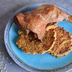 Uzené kuře a jáhlové placičky s bramborem a mrkví